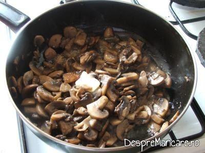Ciuperci calite in ulei de masline pentru rulada din piept de pui umpluta cu ciuperci si cascaval afumat.
