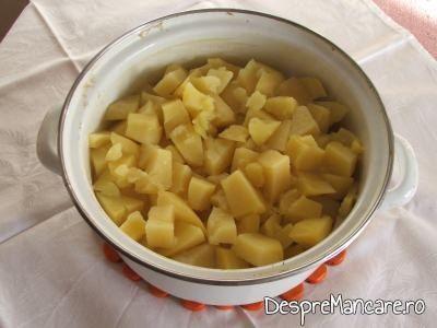 Cartofi pusi la fiert in apa rece cu sare pentru creveti in sos de rosii, cu piure de cartofi.
