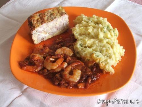 Creier de porc in aluat, la cuptor servit impreuna cu creveti in sos de rosii, cu piure de cartofi.