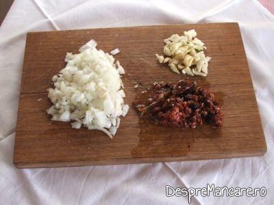 Ingrediente care se folosesc pentru sos la creveti in sos de rosii, cu piure de cartofi.