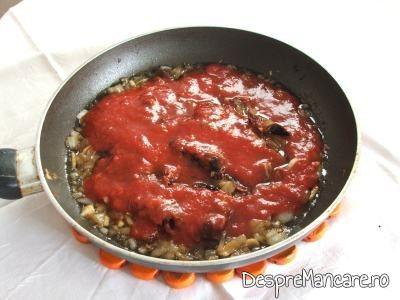 Rosii deshidratate, calite, pentru creveti in sos de rosii, cu piure de cartofi.