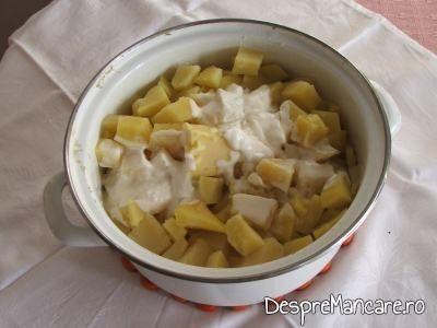 Unt si smantana adaugate peste cartofii fierti pentru creveti in sos de rosii, cu piure de cartofi.