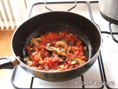 Calire ciuperci si rosii feliate pentru scrumbie de Dunare cu paste si ciuperci, in sos de rosii.