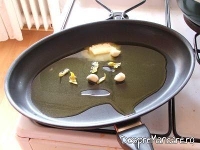 Amestecul de ulei de masline si unt proaspat folosit la prajire peste pentru scrumbie de Dunare cu paste si ciuperci, in sos de rosii.