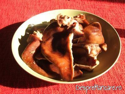 Urechi de porc, afumate, curatate, pentru urechi de porc afumate cu sos de hrean, mustar si smantana.