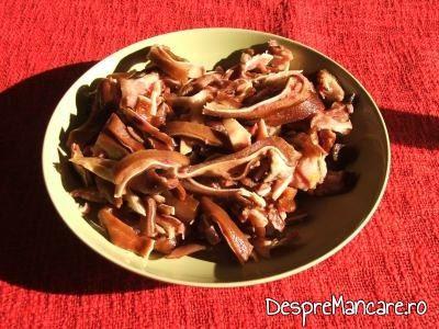 Urechi de porc, afumate, taiate fideluta, pentru urechi de porc afumate cu sos de hrean, mustar si smantana.