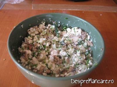 Amestec de legume, verdeata, branza pentru ciuperci umplute cu legume, la cuptor.