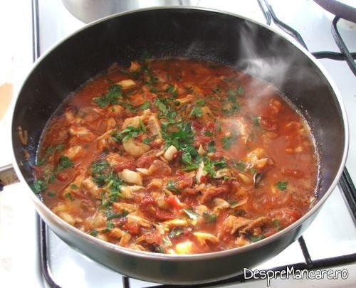 Biban cu creveti in sos de rosii -preparat fierbinte, presarat cu patrunjel verde.