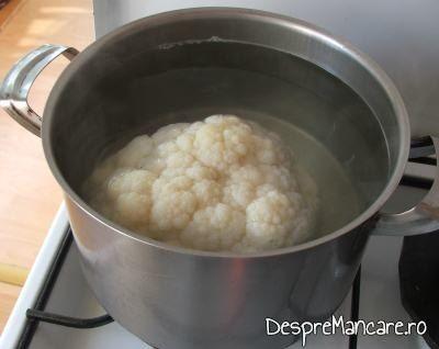 Conopida pusa la fiert in apa clocotita pentru garnitura la biban cu creveti in sos de rosii.