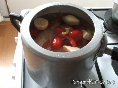 Ingrediente puse la fiert in oala de presiune, pentru ciorba acra din aripi de curcan.