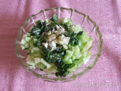 Castraveti tocati marunt, ceapa verde, usturoi, patrunjel, marar, busuioc pentru pastrav umplut cu creveti plus legume la cuptor, cu sos de iaurt si castraveti.
