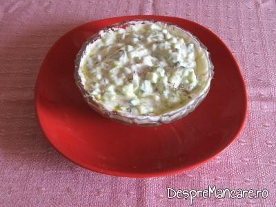 Amestec cremos de castraveti, verdeata si iaurt gras pentru pastrav umplut cu creveti plus legume la cuptor, cu sos de iaurt si castraveti.