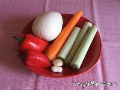 Legume pentru pastrav umplut cu creveti plus legume la cuptor, cu sos de iaurt si castraveti.