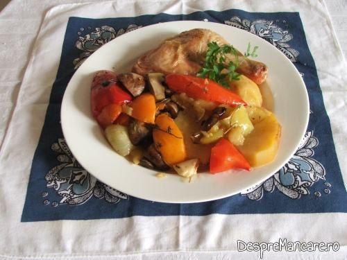 Preparatul de pulpe de gaina cu legume si ciuperci la cuptor, asezat pe farfurie incalzita.