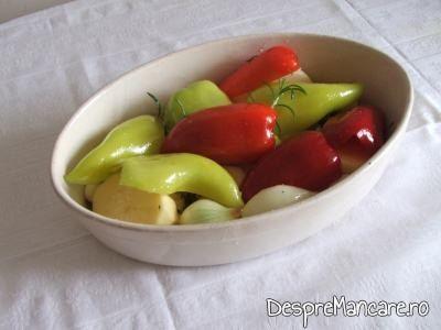 Legume taiate mare, asezate in vas termorezistent pentru pulpe de gaina cu legume si ciuperci la cuptor.