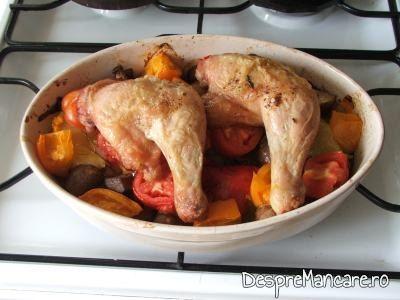 Preparatul din pulpe de gaina cu legume si ciuperci la cuptor este gata.