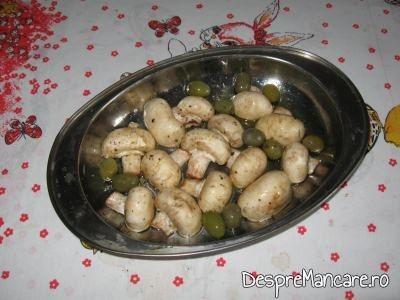 Ciuperci si masline pentru garnitura la rulada din piept de curcan, cu paste, ciuperci si masline.