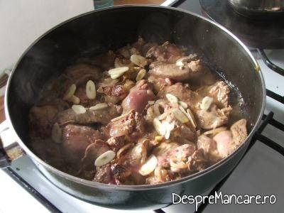 Prajire ficatei de pui in untura de pasare, impreuna cu ceapa rondele si usturoi feliat subtire.