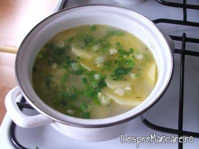 Patrunjel presarat peste cartofii fierti pentru ficatei de pui cu rosii si cartofi natur.