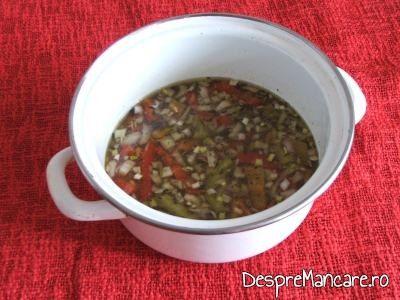 Grasimea de pui si orezul pus la fiert pentru pui la cuptor cu orez in sosul de la pui.