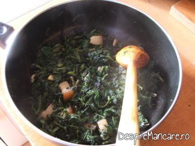 Urzici calite impreuna cu ceapa, usturoi, ardei gras si slanina afumata pentru garnitura din urzici batute.