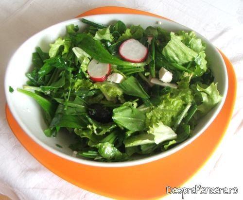 Salata de sezon pentru piept de pui de casa umplut cu cascaval afumat, la cuptor.