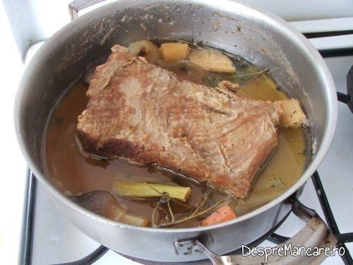 Carnea de vitel este fiarta, iar sosul de bere consistent, pentru pulpa de vitel in sos de bere, cu piure' de urzici.