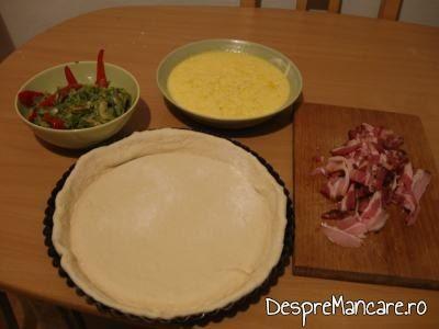 """""""Decor"""" pe masa din bucatarie din ingrediente folosite la tarta cu varza, prosciuto si ou batut."""