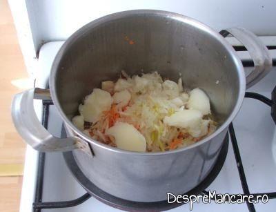 Legume date pe razatoare care se calesc in untura de pasare pentru ciorba de loboda, leurda si salata, cu ou si smantana.