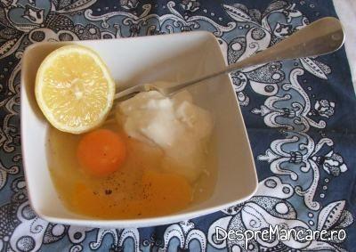 Oua de gaina, smantana grasa, zeama de lamaie, sare grunjoasa si piper boabe proaspat macinat pentru dres ciorba de loboda, leurda si salata cu ou si smanatana.