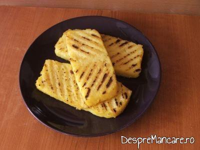Mamaliga rece, fripta pe gratar pentru scrumbie de Dunare cu legume si ciuperci la tigaie.