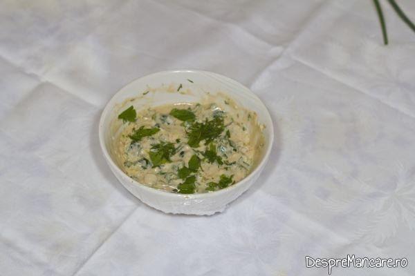 Mujdei din usturoi uscat, usturoi verde si iaurt.