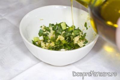 Amestecul de usturoi uscat si verde se freaca cu ulei de masline pentru mujdei din usturoi uscat, usturoi verde si iaurt.