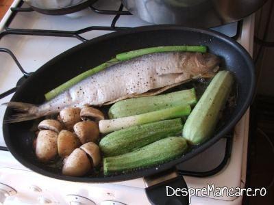 Prajire ciuperci, praz si dovlecei impreuna cu pestele pentru scrumbie de Dunare cu legume si ciuperci, la tigaie.