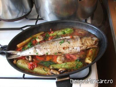 Pestele, ciupercile si legumele calite se amesteca in tigaie pentru scrumbie de Dunare cu legume si ciuperci, la tigaie.