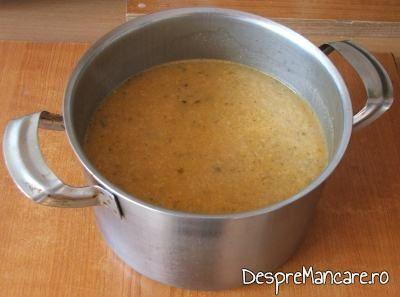 Fierberea legumelor calite pentru supa crema de ciuperci.