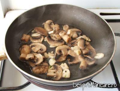 Ciuperci proaspete calite in ulei de masline, cu putin usturoi, pentru supa crema de ciuperci.