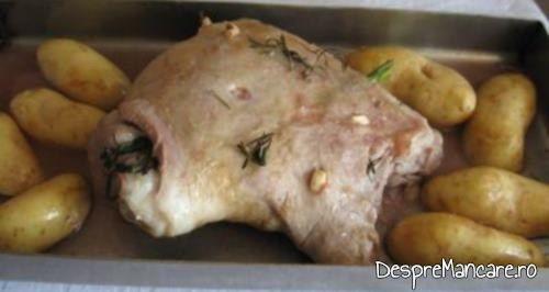 Pulpa de miel in timpul coacerii, dupa adaugarea cartofilor in tava pentru pulpa de miel la cuptor.