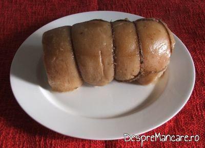 Rulada din fleica de porc cu sorici, gata fiarta in zeama de varza.