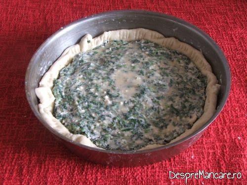 Aluatul pentru tarta cu branza si verdeata a fost copt pe jumatate inainte de a se adauga umplutura de verdeata si branza.