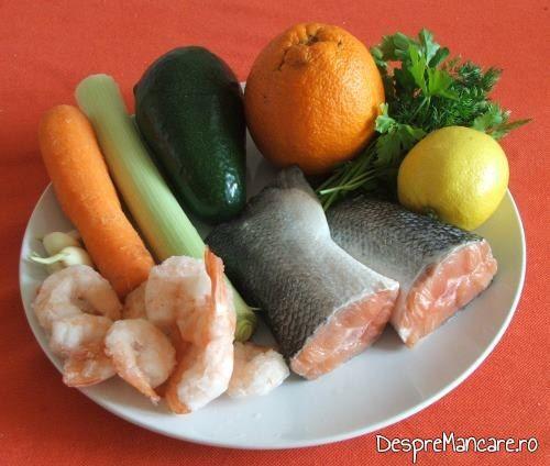 Ingrediente de trebuinta pentru cozi de somon cu creveti, avocado si legume, la tigaie.