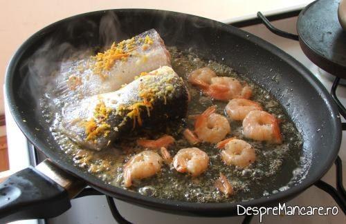 Prajire cozi de somon si creveti in amestec de ulei de masline si unt pentru cozi de somon cu creveti, avocado si legume, la tigaie.