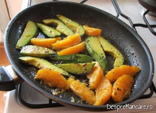 Legume trase in amestecul fierbinte de ulei de masline si unt pentru cozi de somon cu creveti, avocado si legume, la tigaie.