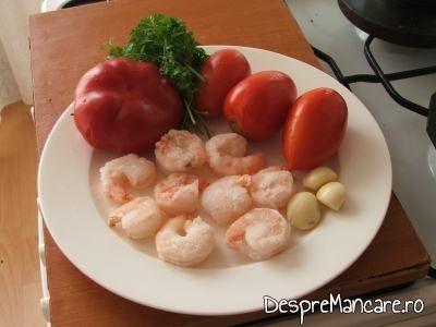 Ingrediente pentru creveti in sos de rosii, cu orez.
