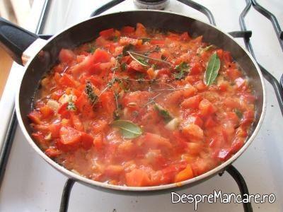 Formarea sosului de rosii pentru creveti in sos de rosii, cu orez.
