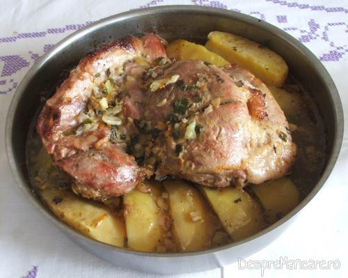 Spata de porc, macerata, cu cartofi, la cuptor, gata pregatita.