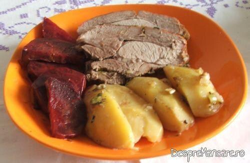 Spata de porc, macerata, cu cartofi, la cuptor.