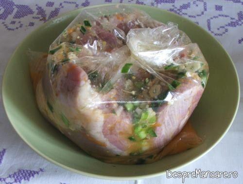 Carnea pusa in punga impreuna cu amestecul de macerare, pentru spata de porc, macerata, cu cartofi la cuptor.