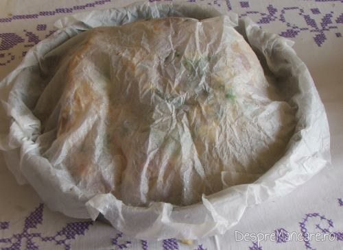 Tava acoperita cu hartie de copt se introduce in cuptorul incins al aragazului, pentru spata de porc, macerata, cu cartofi, la cuptor.