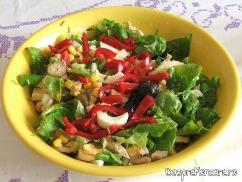 Salata servita la spata de porc, macerata, cu cartofi, la cuptor.